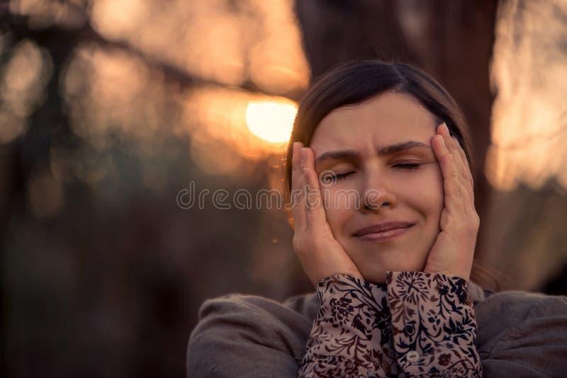 Charmig naturlig kvinna med henne stängda ögon arkivbilder