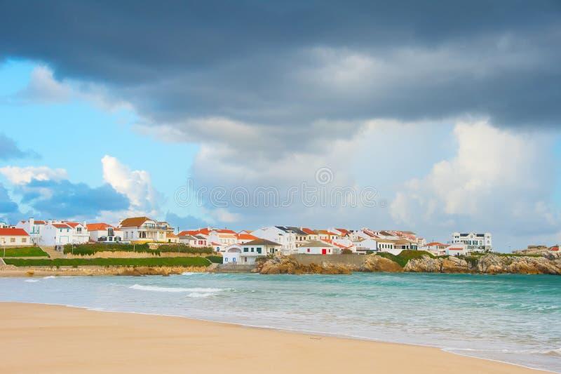 Charmig portugisisk stad på kusten arkivbild