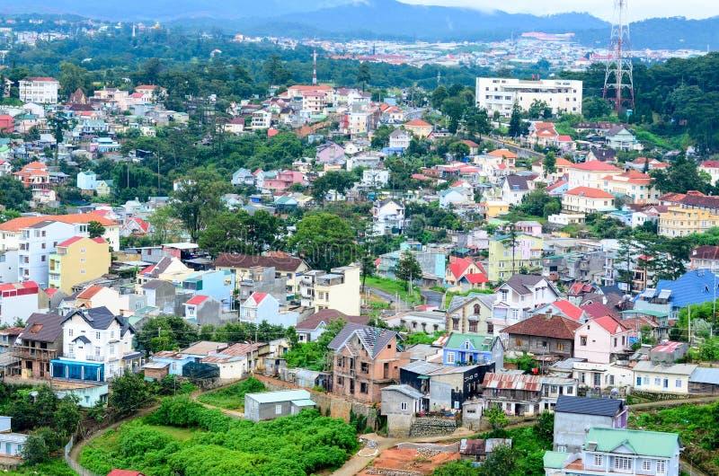 Charmig sikt av en stad från Lang Biang Mountain arkivbild
