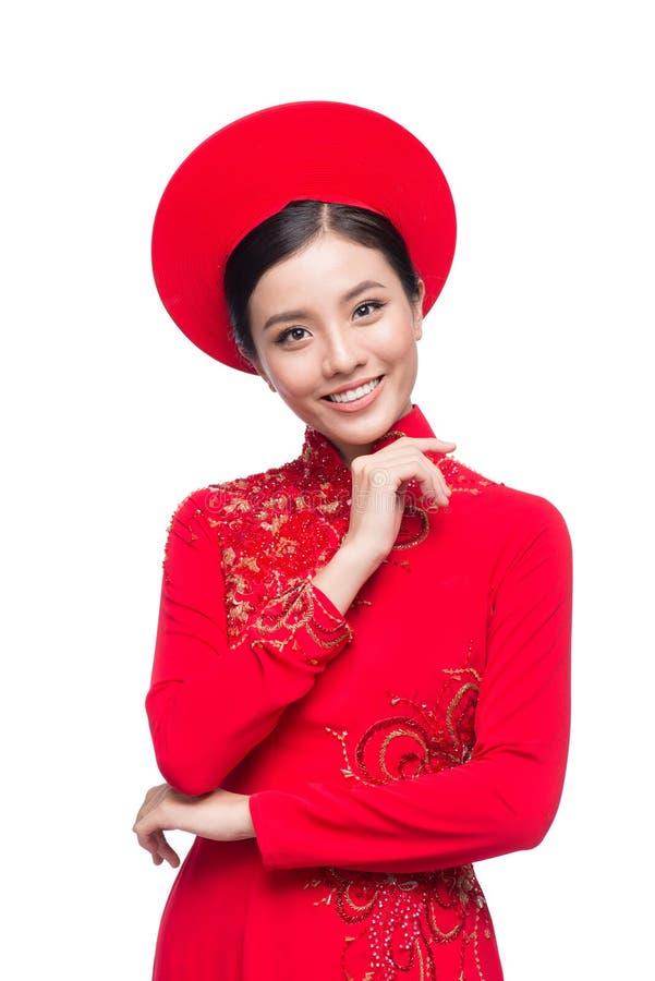 Charmig vietnamesisk brud i röd Ao Dai Traditional Dress med H arkivbild