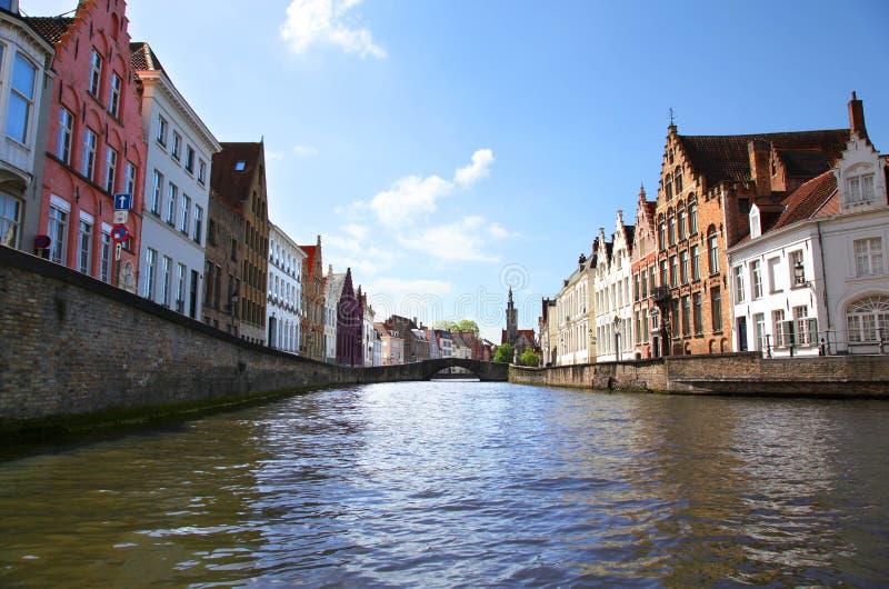 Charmiga byggnader och kanaler av Bruges Belgien arkivfoto