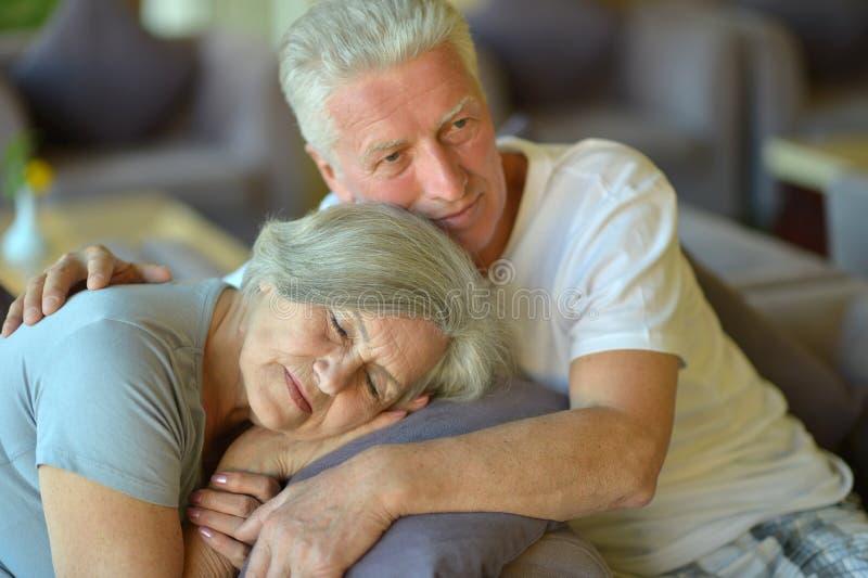 Charmiga gamla par i hotell arkivfoton