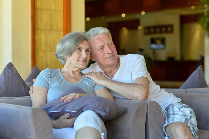 Charmiga gamla par på semesterorten royaltyfria bilder