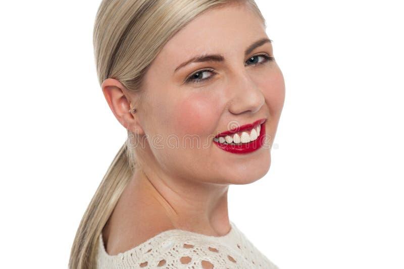 Charmiga teen modellerar blinkande toothy leende