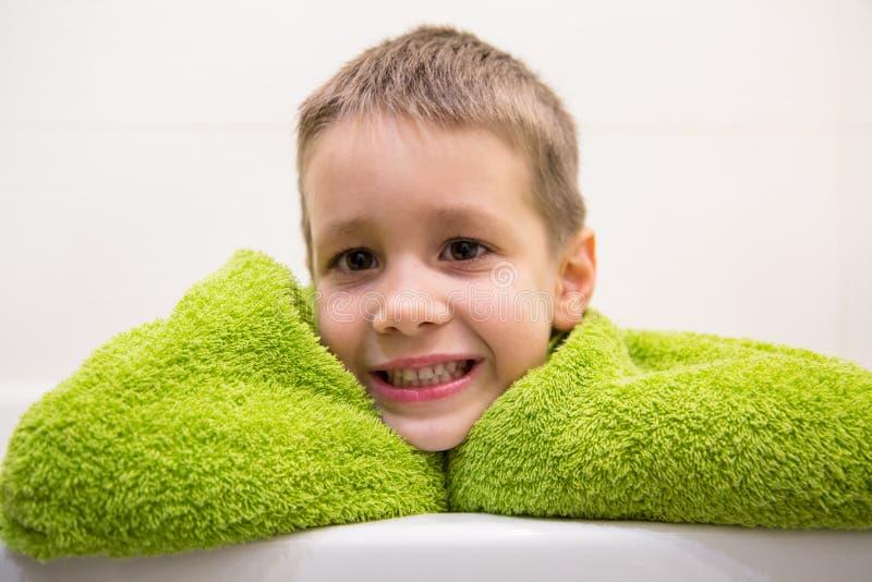 Charmigt barn i badrum royaltyfria bilder