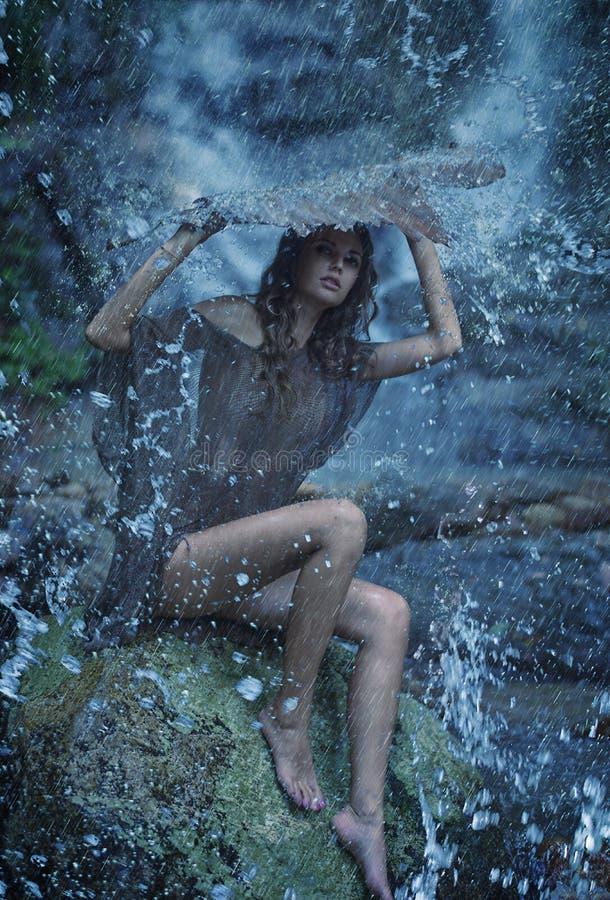 Charmigt damnederlag själv under vattenfallet fotografering för bildbyråer