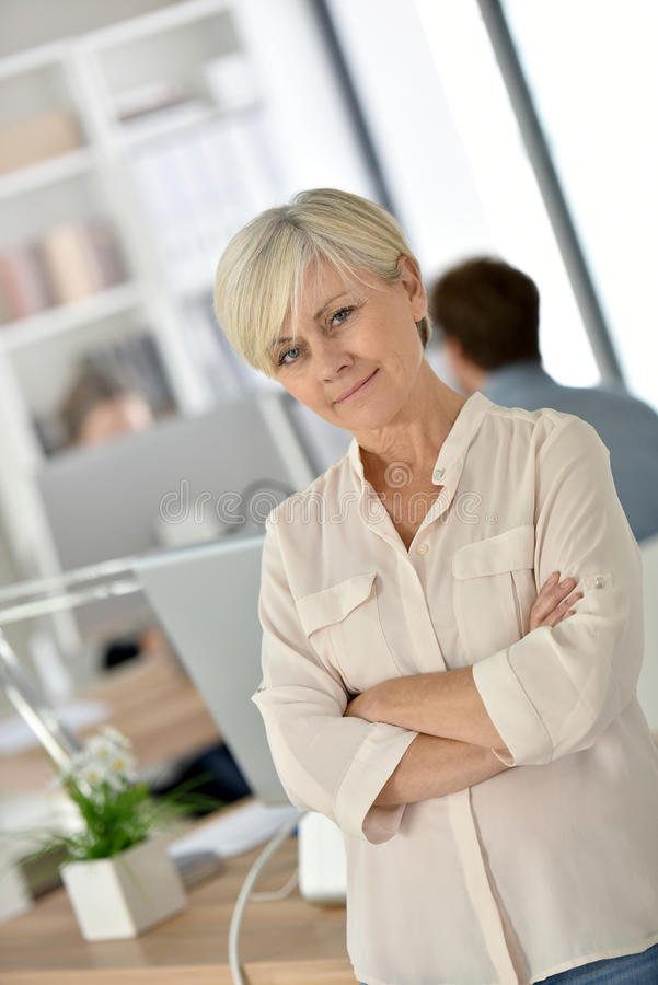 Charmigt högt affärskvinnaanseende på kontoret royaltyfria bilder