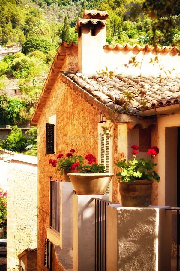 Charmigt hus i den Deia byn i Mallorca, Spanien royaltyfria bilder