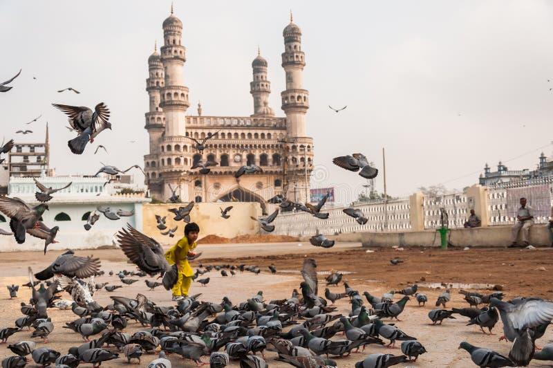Charminar und Tauben lizenzfreie stockfotografie