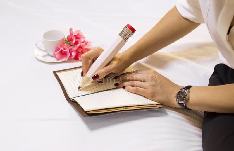 Charming Italian escribe una nota de amor para su esposo y lo invita a una cita foto de archivo libre de regalías