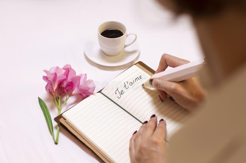 Charming Italian escribe una nota de amor para su esposo y lo invita a una cita fotografía de archivo