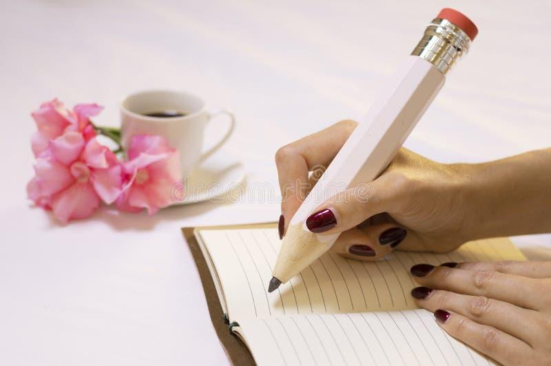 Charming Italian escribe una nota de amor para su esposo y lo invita a una cita imagen de archivo libre de regalías