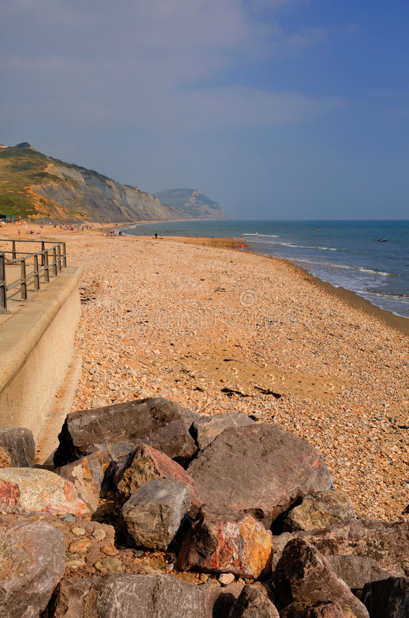 Charmouth海滩多西特有小卵石和木瓦的英国英国 库存图片