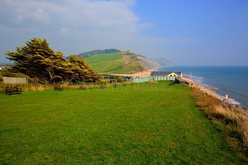 Charmouth Dorset England UK som förbiser den Lyme fjärden med den gräsplanfält och kusten royaltyfria bilder