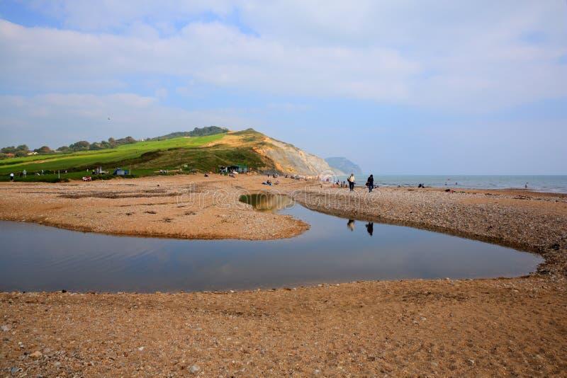 Charmouth strand och kust Dorset England UK med kiselstenar och singeln fotografering för bildbyråer