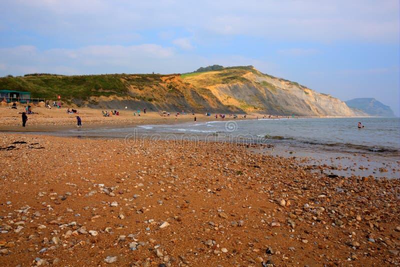 Charmouth strand och kust Dorset England UK med kiselstenar och singeln arkivbilder