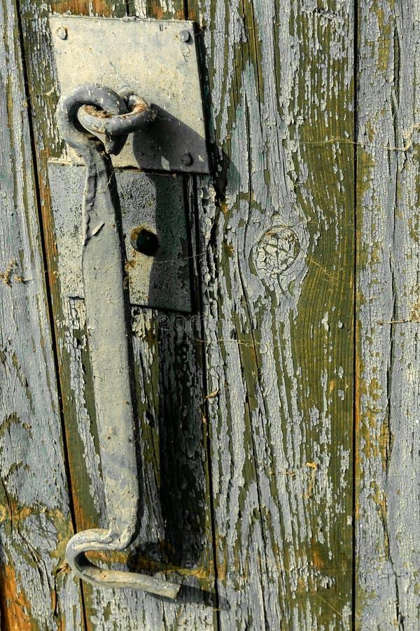 Charnière en acier pour la fermeture de porte Vieille trappe Plan rapproché photos libres de droits