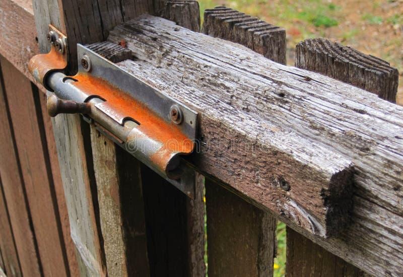 Charnière rouillée de porte sur la porte en bois sèche photographie stock