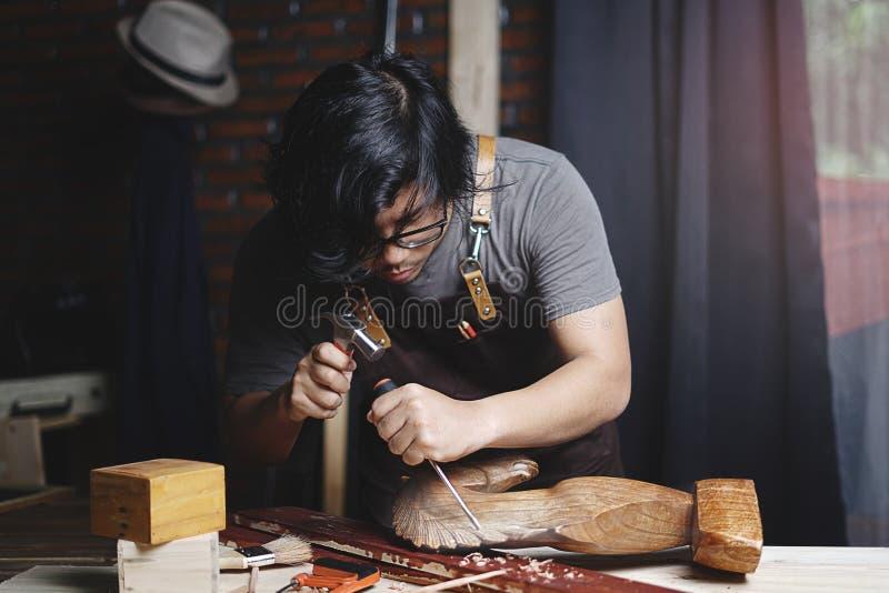 Charpentier asiatique Working dans l'atelier de travail du bois Découpage en bois photos stock