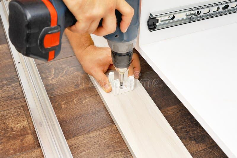 Charpentier assemblant de nouveaux meubles photos stock