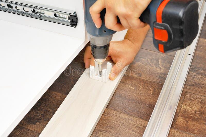 Charpentier assemblant de nouveaux meubles photo libre de droits