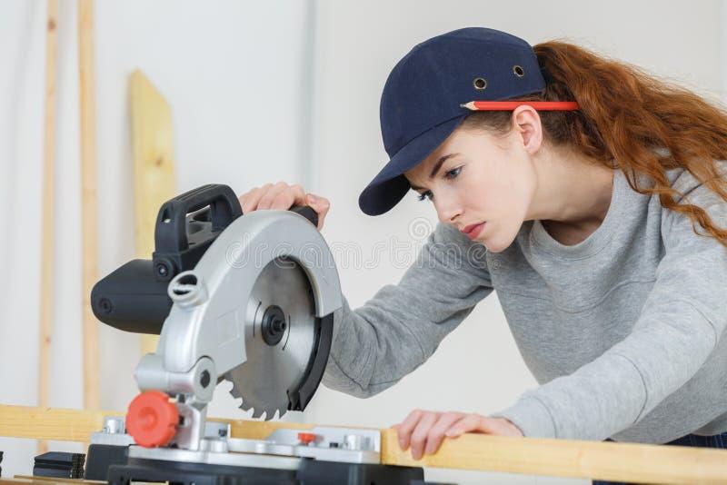 Charpentier de femme réalisant le travail images stock