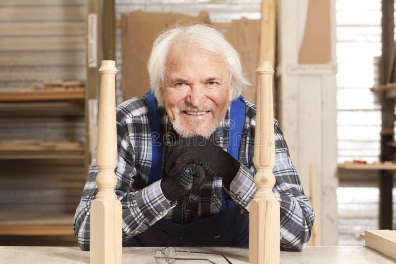 Charpentier de portrait dans l'usine de meubles images stock