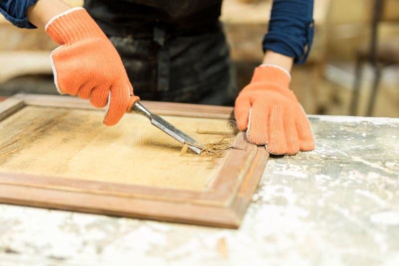 Charpentier employant une gouge en bois photos libres de droits