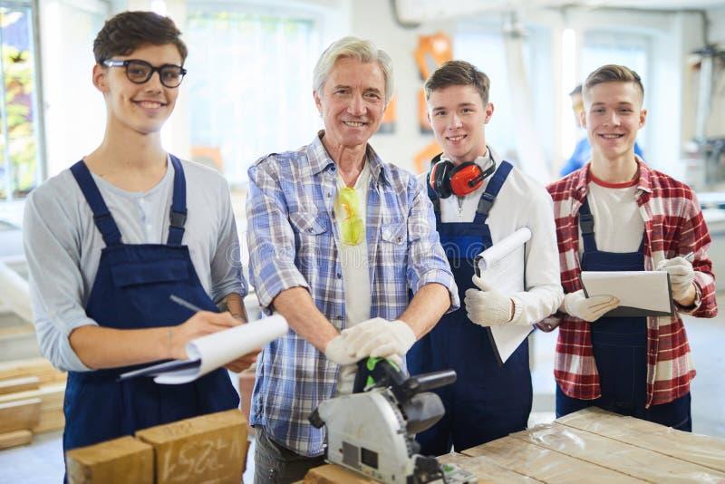 Charpentier et ses étudiants dans l'atelier image stock