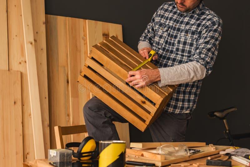 Charpentier faisant la caisse en bois dans l'atelier de boisage de petite entreprise photo libre de droits