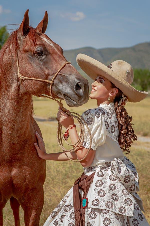 Charra mit ihrem Pferd lizenzfreies stockbild