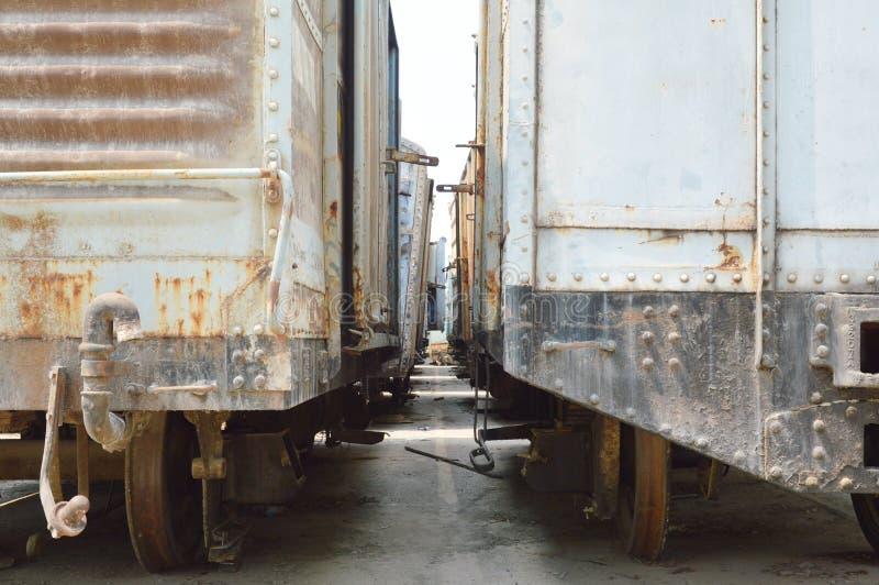 Charriot de train sur l'entrepôt de ferraille images stock