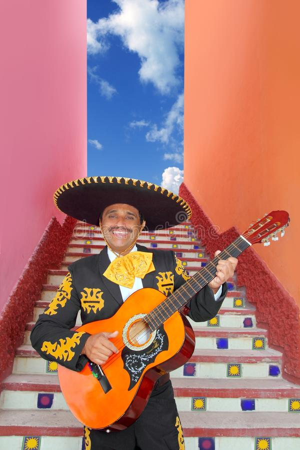 charro吉他墨西哥流浪乐队演奏楼梯的墨# 库存照片