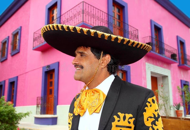 Charro mexikanisches Mariachiportrait im rosafarbenen Haus stockfotografie