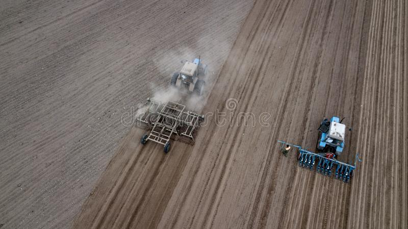 Charrues de tracteur dans la vue supérieure de campagne photographie stock libre de droits