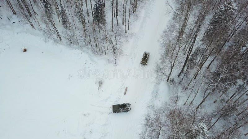 Chars d'assaut militaires dans les bois pendant des exercices militaires clip Vue supérieure du personnel blindé militaire photo stock