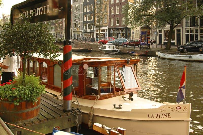 Charterboat amarró en un canal en Amsterdam fotografía de archivo libre de regalías