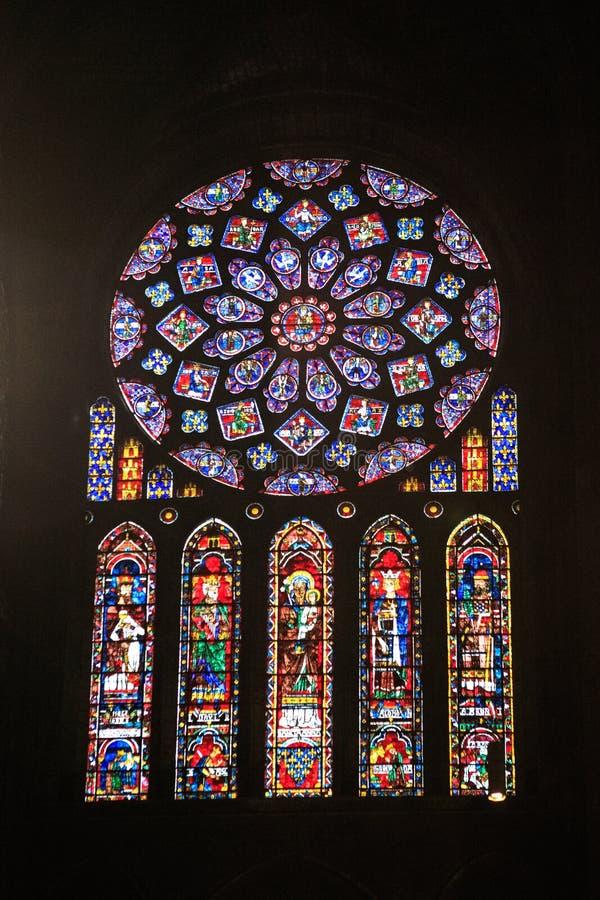 CHARTRES, FRANÇA - 19 DE JULHO DE 2017: Janelas de vitral da catedral de Chartres fotos de stock royalty free
