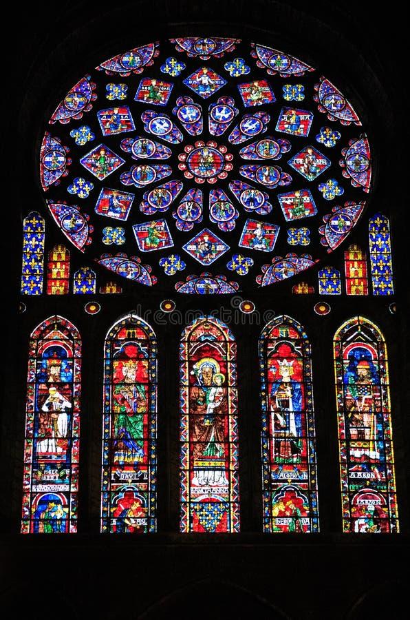 CHARTRES, FRANCIA - 19 DE JULIO DE 2017: Vitrales de la catedral de Chartres imagenes de archivo