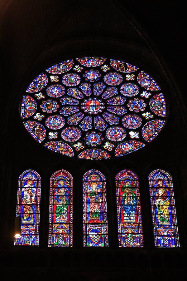 CHARTRES, FRANCIA - 19 LUGLIO 2017: Finestre di vetro macchiato della cattedrale di Chartres fotografia stock