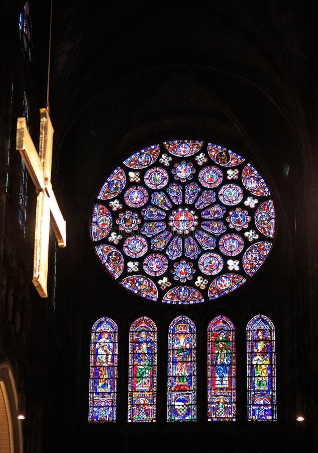 CHARTRES, FRANCIA - 19 LUGLIO 2017: Finestre di vetro macchiato della cattedrale di Chartres fotografie stock