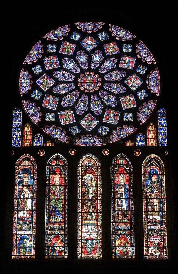 Chartres - Kathedraal, gebrandschilderd glasvenster stock foto