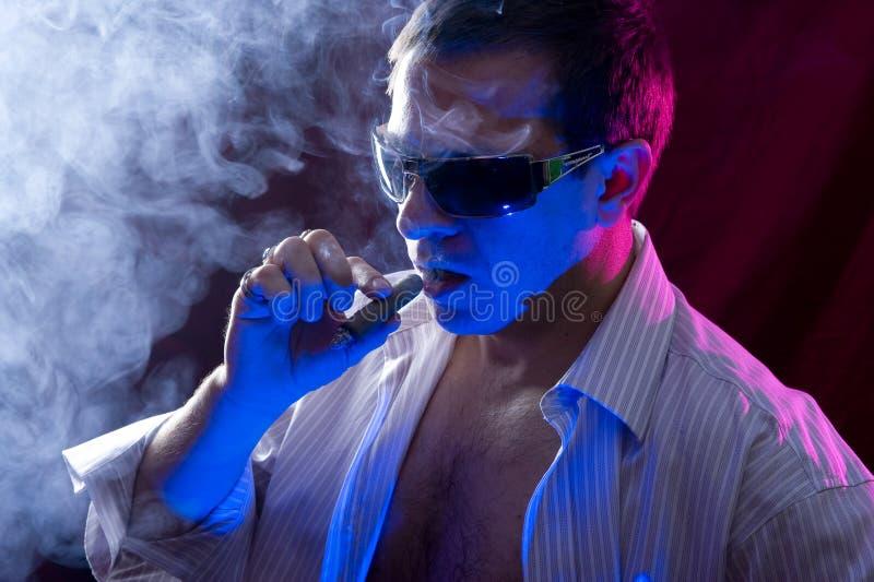 Download Charuto de fumo do homem foto de stock. Imagem de forma - 12811028