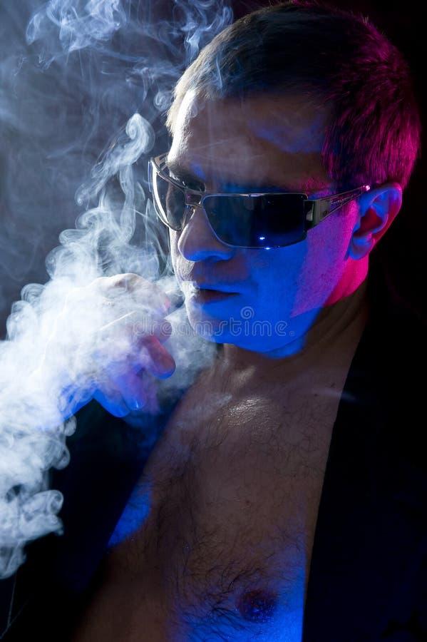 Download Charuto de fumo do homem foto de stock. Imagem de forte - 12811056