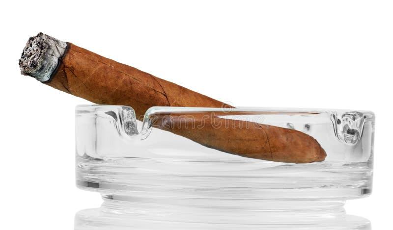 Charuto de fumo em um cinzeiro imagem de stock royalty free