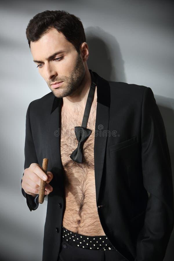Charuto de fumo modelo masculino 'sexy' em aberto fotografia de stock
