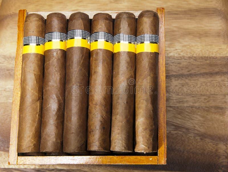 Charutos cubanos na tabela de madeira fotografia de stock royalty free