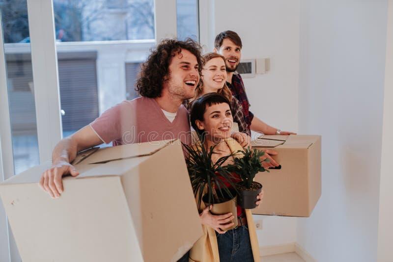 Charyzmatyczna i atrakcyjna para rusza si? nowy dom bardzo imponuj?cy i z podnieceniem one trzyma du?ymi zdjęcia stock
