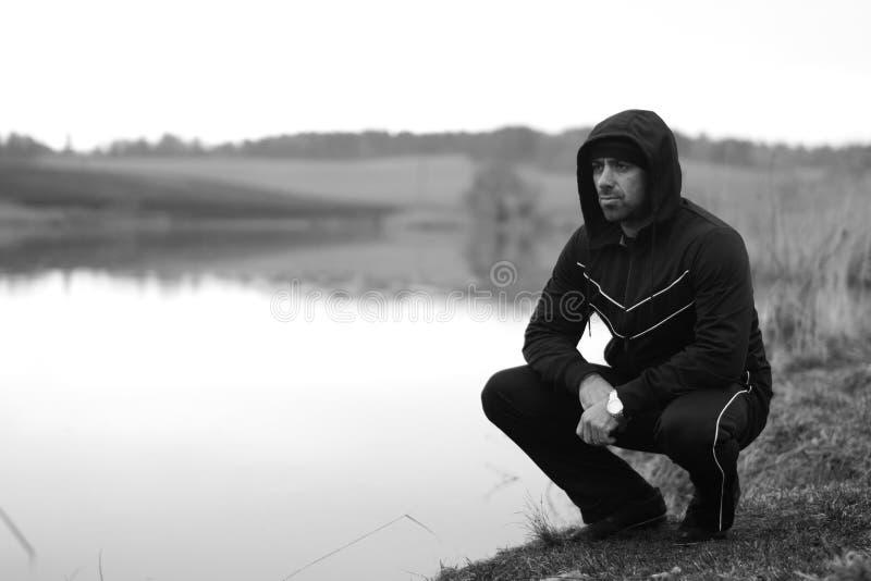 Charyzmatyczny mężczyzna podczas przerwy jeziorem obraz stock