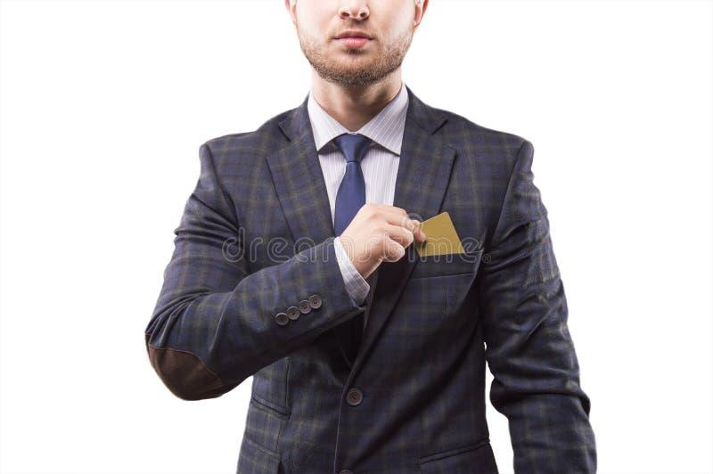 Charyzmatyczny mężczyzna w kostiumu stawia kartę zdjęcie stock